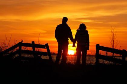 <strong>Een stel kijkt naar de zonsondergang bij de zwemplaats Indijk</strong>