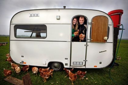 <strong>Boer Bartele Holtrop reist met kippen achter de koeien aan in verbouwde caravan</strong>