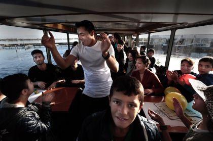 <strong>vluchtelingen dansen op  rondvaartboot  Grou</strong>