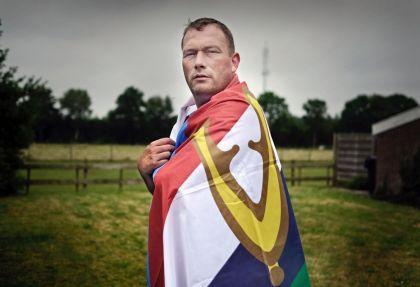 <strong>Veteraan Edo van den Berg Dutchbat III  Bosnië   met veteranen vlag</strong>