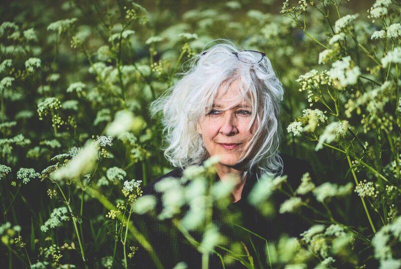 <strong>Kate Schlingemann, schrijver en dichter, in het fluitenkruid in de berm vlakbij haar boerderij.</strong>